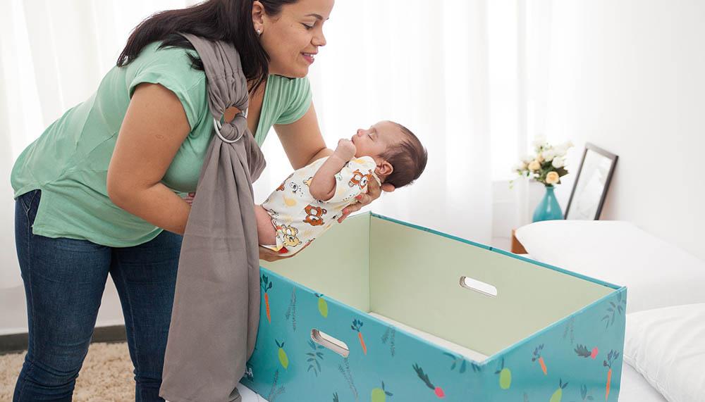 Mãe colocando nenem na bela baby box